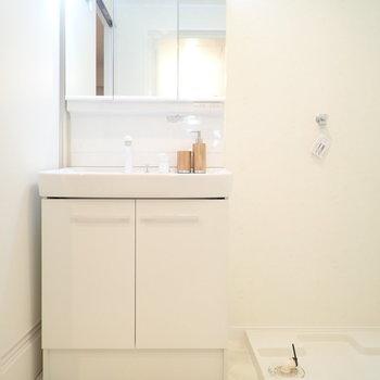 洗面台の鏡はゆったりめ。身支度も楽しくできそう。