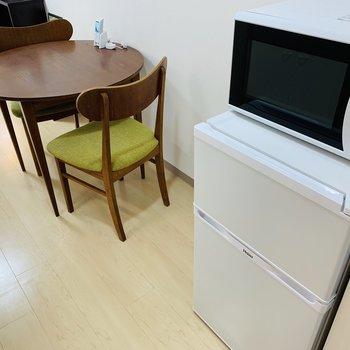 ダイニングスペースにはテーブルや冷蔵庫