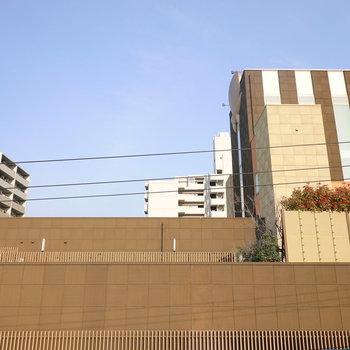 目の前は建物ですが上を向けばしっかりと抜けています。