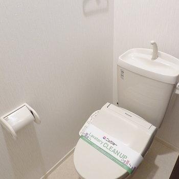 おトイレもクリーンな印象。嬉しいウォシュレット付きです。