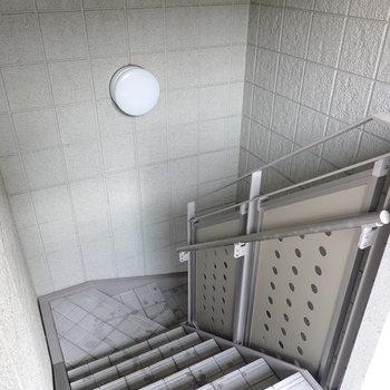 お部屋は3階でエレベーターはありませんが階段はゆとりのある構造。