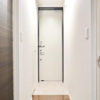 回廊のような玄関。靴箱は左の壁と同化しています。