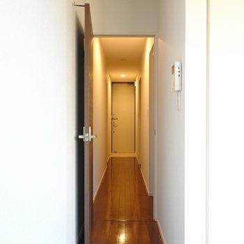 クローゼットの隣のドアから廊下へ。