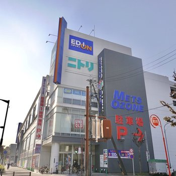 お部屋のすぐ近くにショッピングセンター。便利に暮らせそうです◎
