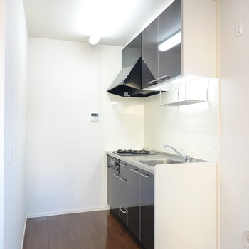 お部屋の雰囲気に合ったブラックパネルの壁付けキッチン。