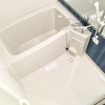 大きなミラーが付いた、清潔感あるお風呂。