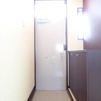 玄関は脱ぎ履きに十分なスペース。光が入っていいですね。