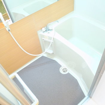 お風呂は洗い場がゆったりしてます!また、鏡は横にながーくなってます。
