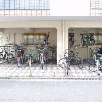 【共用部】駐輪場は、入り口右手にあります。屋根つきですね。