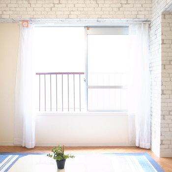 【洋室】腰掛けられるくらい低めの窓がついてて、こちらも明るいです。