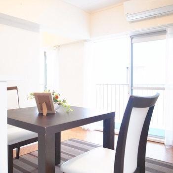 【LDK】カウンター前の空間はとても広いというわけではないので、テーブルはこれくらいがいいです。