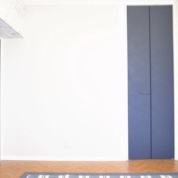 【洋室】スライドドアとクローゼットのネイビーでキリッと!
