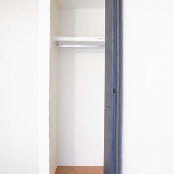 クローゼットはお部屋に比べてややコンパクト。奥行きはあります!