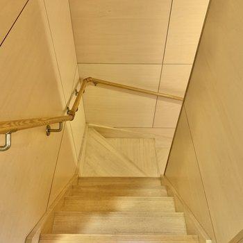 1階まで行きましょう!手すり付きが嬉しいですね。※写真は前回募集時のものです