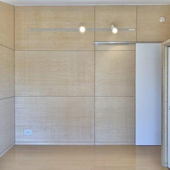 【3階洋室】照明が優しくお部屋を照らしてくれます。※写真は前回募集時のものです