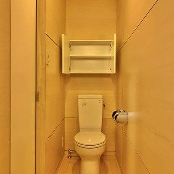 お風呂を出るとトイレがあります。棚付きです。※写真は前回募集時のものです