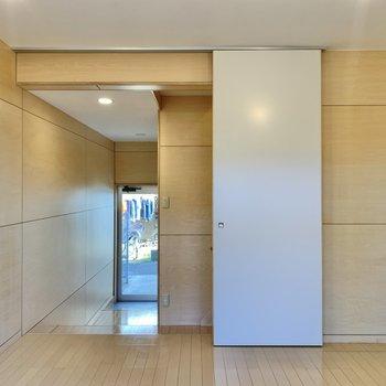 【LDK】開けると玄関に行けます。※写真は前回募集時のものです