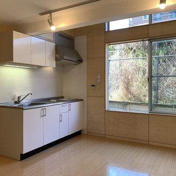 【LDK】キッチン横には冷蔵庫が置けますね。※写真は前回募集時のものです