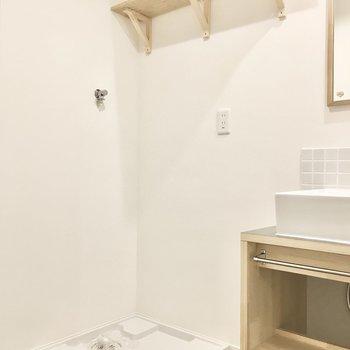 【イメージ】お隣には洗濯機置き場。洗剤は上の棚に。
