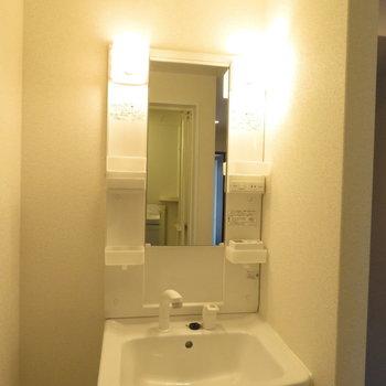 収納たっぷりの洗面台(※写真は9階の反転間取り別部屋のものです)