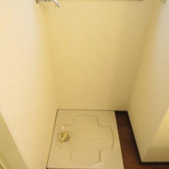 洗面台横に洗濯機置き場が(※写真は9階の反転間取り別部屋のものです)