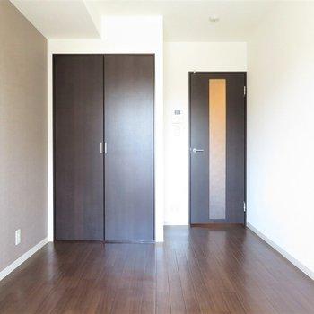 シンプルなお部屋(※写真は9階の反転間取り別部屋のものです)