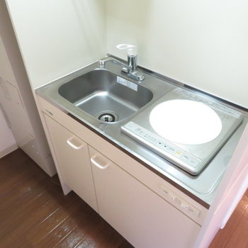 キッチンは1口のミニキッチン(※写真は9階の反転間取り別部屋のものです)
