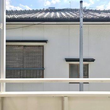 洗濯物は高い位置に干せます。目の前はお隣さんなので、カーテンはしっかり用意したい。