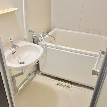 お風呂は2点ユニット。隙間が多いのでお手入れや換気はこまめに。
