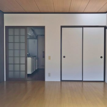もともと和室だった洋室。襖と引き戸がレトロな雰囲気。