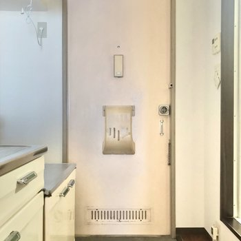 玄関はフラットなので家具の搬入しやすいです。