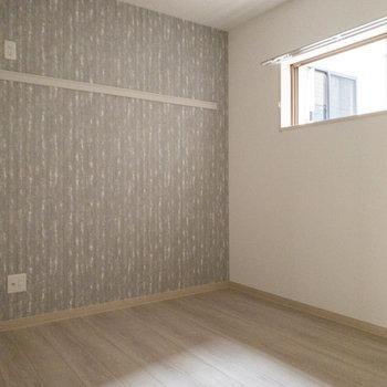 【納戸5.2帖】ちょこんと小窓付き。※写真は2階の同間取り別部屋のものです。