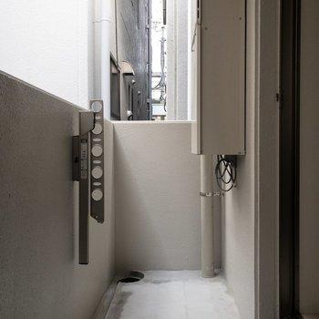 バルコニーはお洗濯が干しやすそうな広さ。※写真は2階の同間取り別部屋のものです。