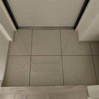 お掃除しやすそうなつるつるの玄関です。※写真は2階の同間取り別部屋のものです。