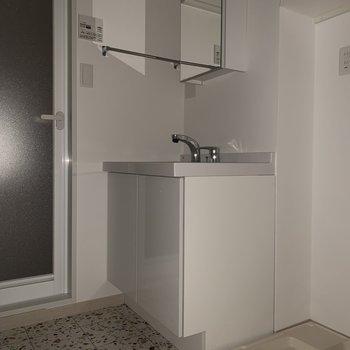 洗面台の鏡の裏は収納になっていますよ。※フラッシュを使用しています※写真は2階の同間取り別部屋のものです。