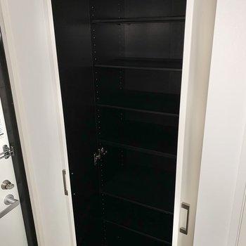 少し見え辛いですが、シューズボックスはたくさん入りそうでした。※フラッシュを使用しています※写真は2階の同間取り別部屋のものです
