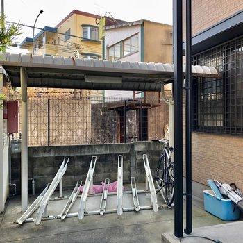 自転車も建物横に置けます。
