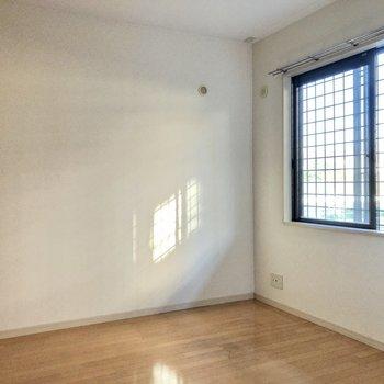 玄関側の洋室もしっかり日が入ります。(※写真は1階の反転間取り別部屋のものです)