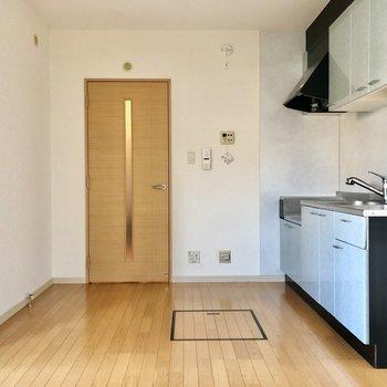 キッチン前には床下収納もあり!ストッカーとして使えます。(※写真は1階の反転間取り別部屋のものです)