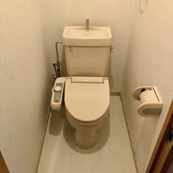トイレはウォシュレット付いています。(※写真は1階の反転間取り別部屋のものです)