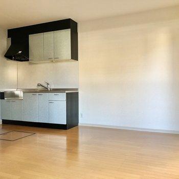 淡いブルーのキッチンが優しい印象。(※写真は1階の反転間取り別部屋のものです)