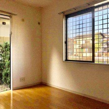 リビング横の洋室は2面採光。(※写真は1階の反転間取り別部屋のものです)