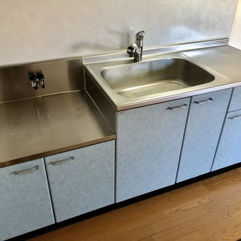 コンロは持ち込みですが、広く使いやすいキッチン。(※写真は1階の反転間取り別部屋のものです)
