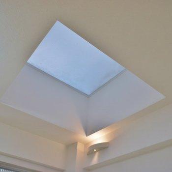 光取り用の天窓。※写真は同フロアの別部屋