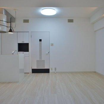 白を基調に清潔感のあるデザイン。※写真は同フロアの別部屋