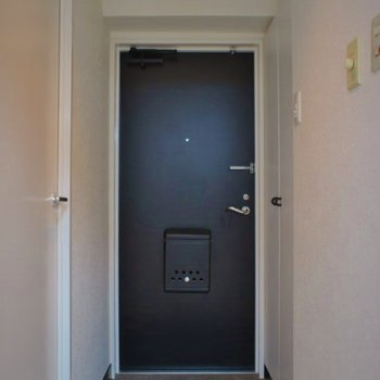 こちらが玄関スペース。※写真は同フロアの別部屋