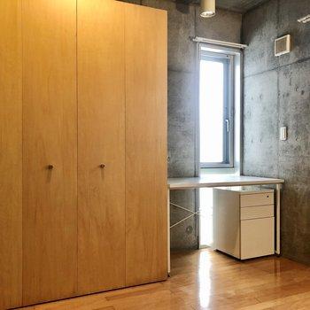 【洋室】大きめな収納とデスクもあります。み