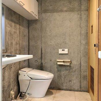 トイレ上部にストックを収納可能です。