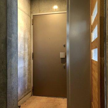 右側の木の扉がオートロック。