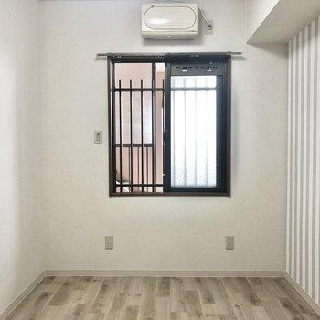 【洋室4.7帖】お次は玄関側にある洋室2部屋です。